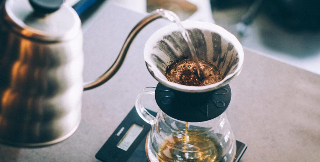 Meracik Minuman Kopi Ala Coffee Shop